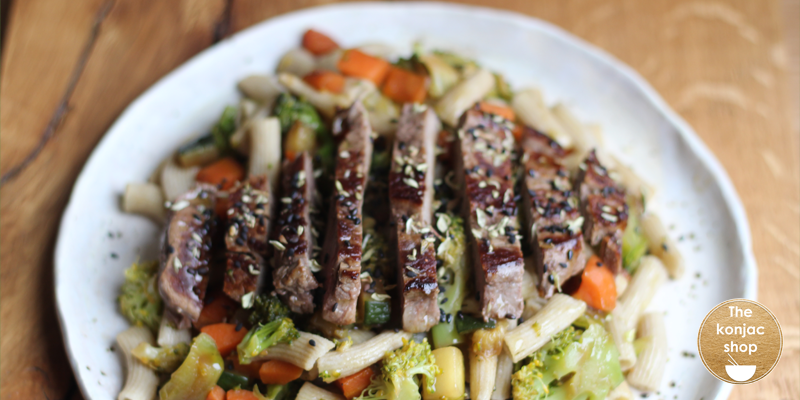 Solomillo con salteado de verduras y macarrones de konjac y amaranto – 350kcal