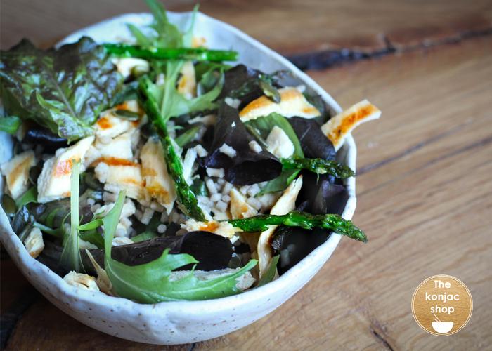 Ensalada de cuscús konjac con pollo y espárragos trigueros – 392kcal