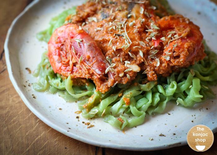 Tallarines de espinacas Konjac con merluza en salsa – 340kcal